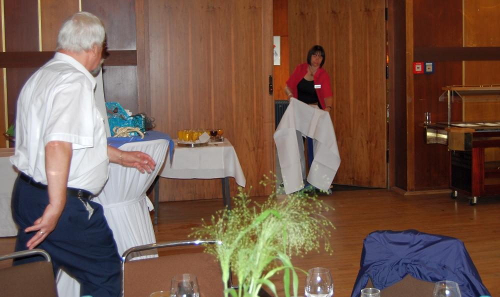 2008: Das Geburtstagsgeschenk wird hereingerollt (Foto: Achim Haupt)