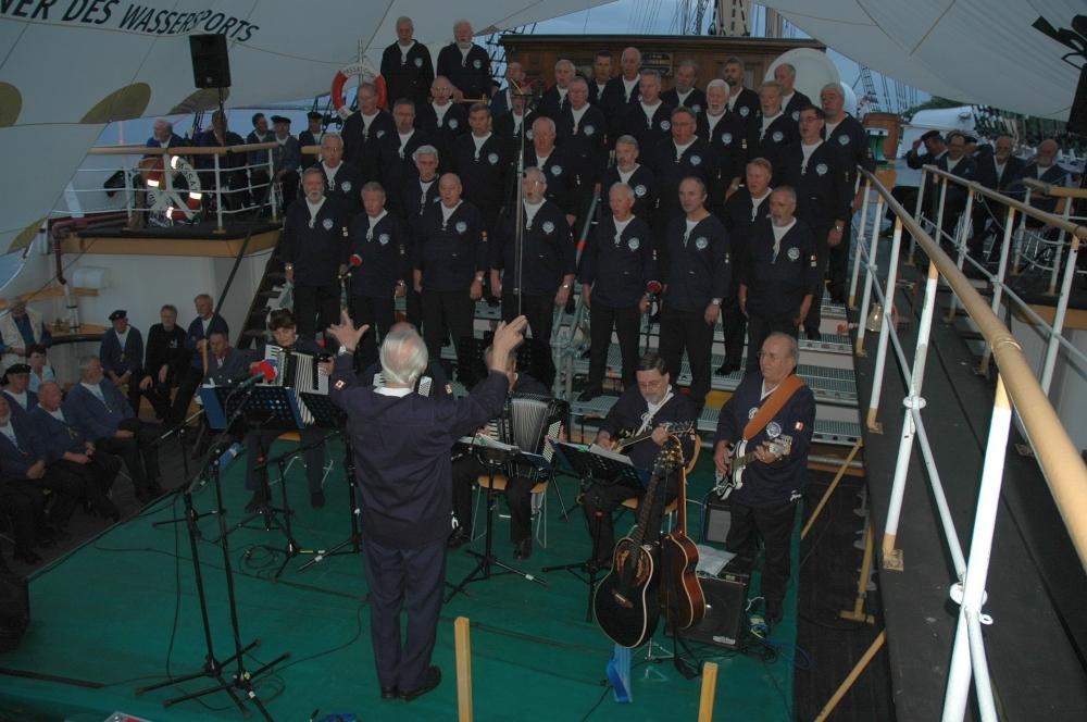 2006: BONNER SHANTY-CHOR während des Hafenkonzerts (Foto: Behrens)