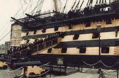 """1988: BONNER SHANTY-CHOR beim Entern der """"HMS Victory"""", Portsmouth (Foto: privat)"""