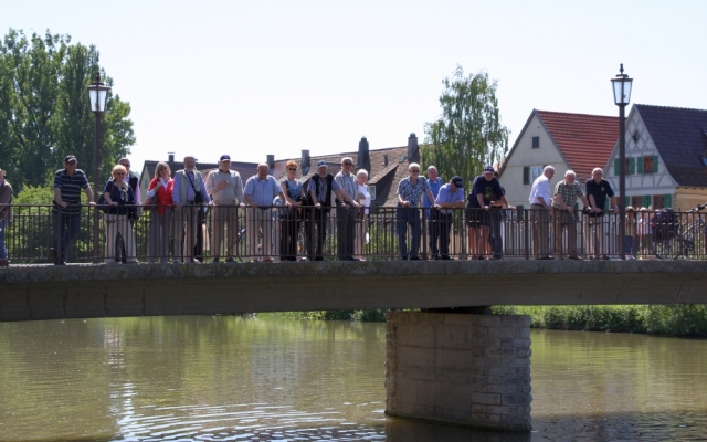 2009: Chormitglieder auf der Neckarbrücke (Foto: Marlies Wagner)