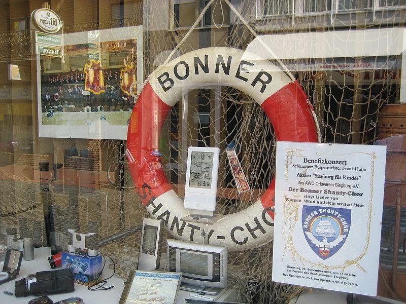 2007: Material des BONNER SHANTY-CHORES im Schaufenster des Optikers (Foto: Heinz Pinkernell)