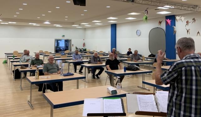 2020: Probe unseres Chors unter Corona-Bedingungen mit Interims-Dirigent Andree Schlangen (Foto: Manfred Weiler)